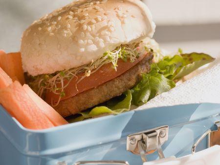 Hamburger und Gemüsesticks