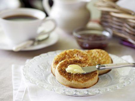 Hefebrötchen auf englische Art mit Butter (Crumpets)