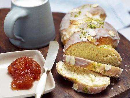 Hefezopf mit Aprikosenmarmelade