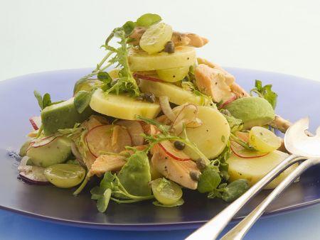 Herbstlicher Kartoffelsalat mit Trauben und Forelle