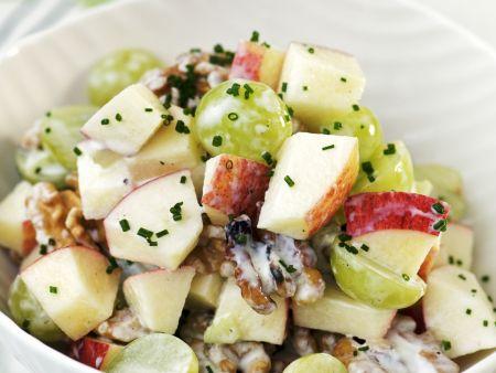 Herbstsalat mit Sellerie, Apfel, Trauben und Walnüssen