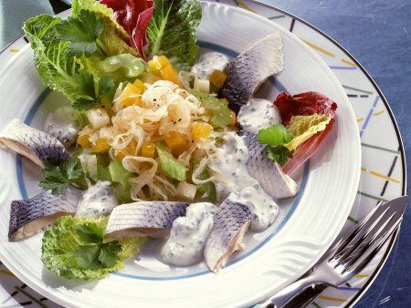 Hering mit Sauerkrautsalat und Gemüse