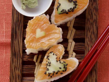 Herz-Sushi mit Lachs, Gurke und Sesam