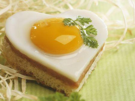 Herz-Toasts mit Schinken und Ei