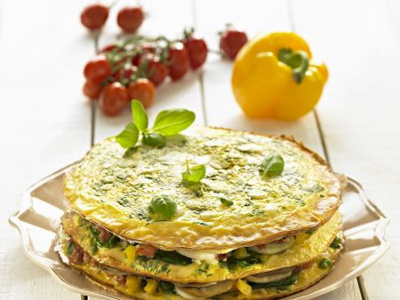 Herzhafte Pfannkuchentorte mit Gemüse und Basilikum