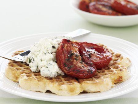 Herzhafte Waffeln mit Frischkäse und Ofen-Tomaten