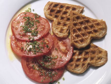 Herzhafte Waffeln mit Tomatensalat