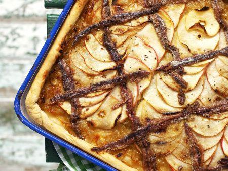 Herzhafter Apfelkuchen mit glasierten Zwiebeln und Sardellen