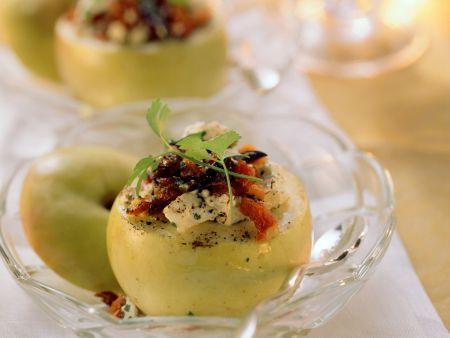 Herzhafter Bratapfel mit Feta, Oliven und Tomaten