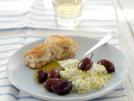 Rezept: Herzhafter Joghurt auf griechische Art (Tzatziki) mit Kalamata-Oliven