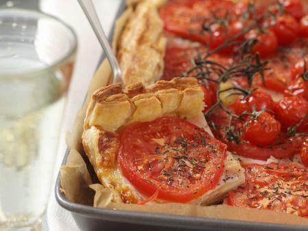 Herzhafter Tomatenkuchen mit Käse und Schinken