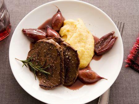 Hirschschnitzel mit Kartoffelpüree und Rotweinzwiebeln