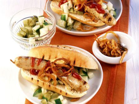 Hot Dog mit Grillwürstchen, Gurken und Röstzwiebeln