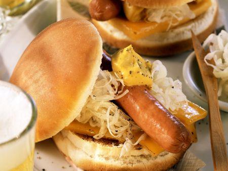 Hot Dog mit Sauerkraut und Käse