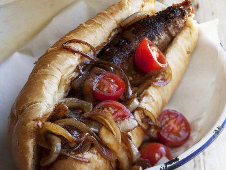 Hotdog mit gegrillter Wurst aus Südafrika (Boerewors) dazu Zwiebel-Tomaten-Dip