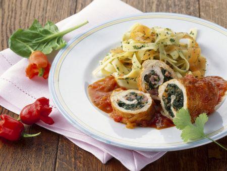 Hühnerbrust mit Spinat gefüllt dazu Paprikasoße und Nudeln