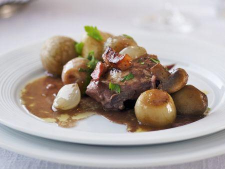 Huhn in Weinsoße mit Zwiebeln und Kartoffeln