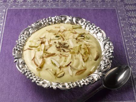 Indisches Joghurtdessert mit exotischen Früchten (Shrikhand)