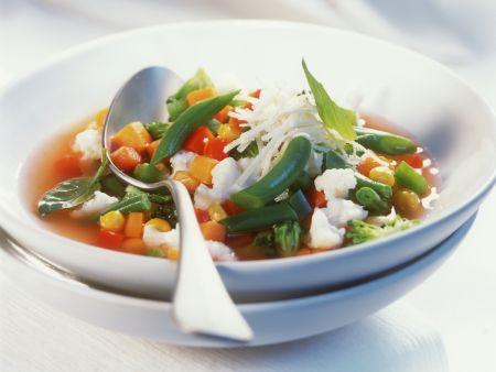 Italienische Gemüsesuppe mit Parmesan (Minestrone)