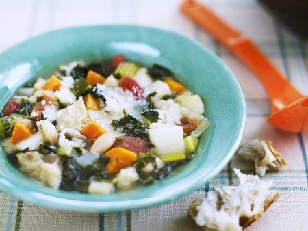 Italienische Gemüsesuppe mit Weißbrot (Ribollita)