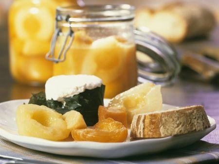 Italienische Senffrüchte mit Ziegenfrischkäse und Brot