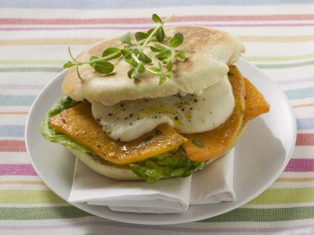 Italienisches Sandwich mit Mozzarella und Kürbis