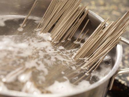 Japanischer Nudelsalat: Zubereitungsschritt 1