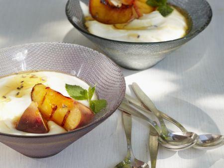 Joghurtcreme mit Grill-Pfirsich und Lavendelhonig