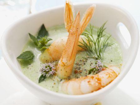 Joghurtsuppe mit Kräutern und Scampi