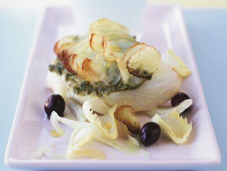 Kabeljau mit Kartoffelhaube, Pesto und Oliven