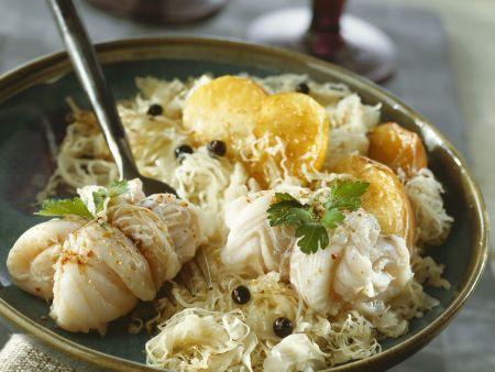Kabeljaurouladen mit Sauerkraut, Kartoffeln und Kren