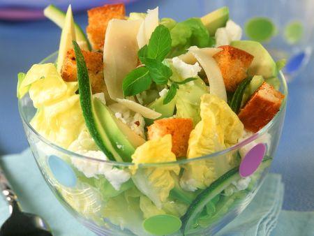 Käse-Avocado-Salat mit Croutons