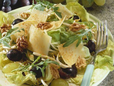 Käsesalat mit Trauben und Walnusskernen