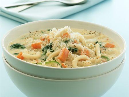 Käsesuppe mit Gemüse und Nudeln