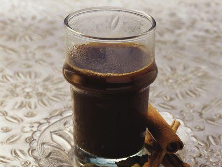 Kaffee nach marokkanischer Art mit Kardamom und Zimt