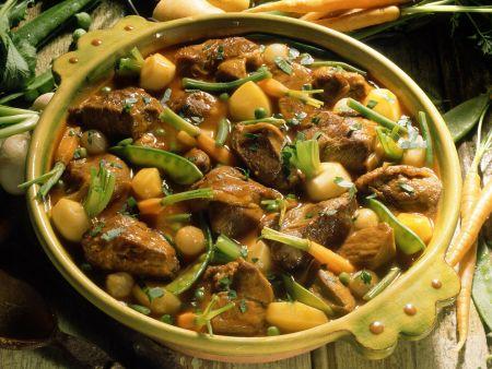 Kalbsfleischeintopf mit Karotten, Bohnen und Mairübchen