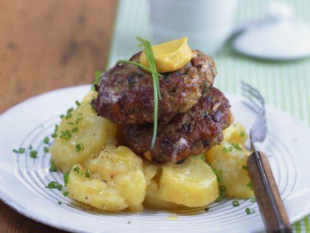 Kalbsfleischfrikadellen mit Kartoffelsalat auf bayerische Art