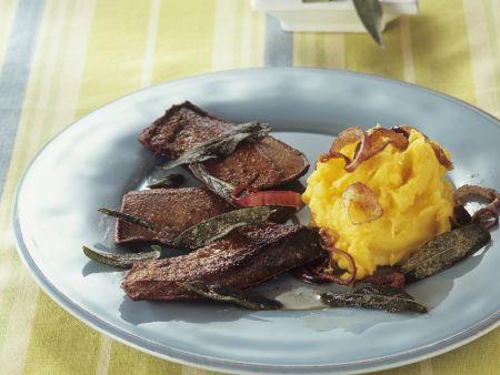 Kalbsleber mit Salbei, Zwiebeln und Safran-Kartoffelbrei