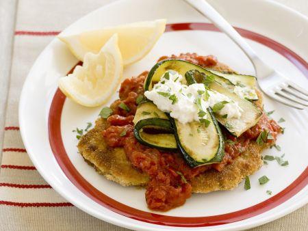 Kalbsschnitzel in Panade mit Tomatensugo und Zucchini