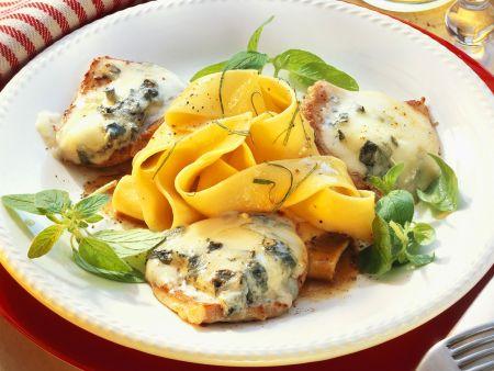 Kalbsschnitzel mit Gorgonzolahaube und Nudeln