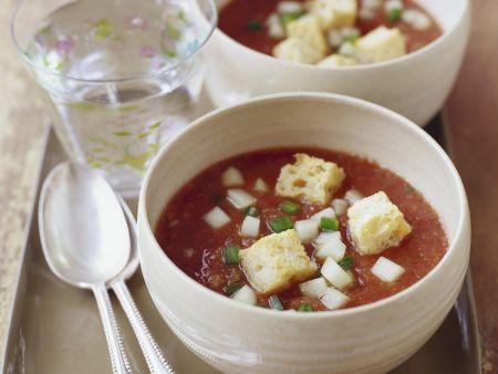 Kalte spanische Gemüsesuppe mit Croutons (Gazpacho)