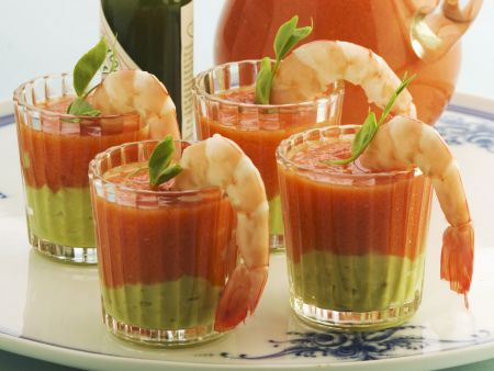 Kalte spanische Gemüsesuppe mit Shrimps
