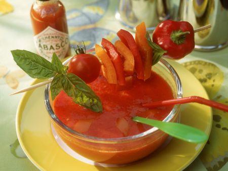 Kalte Tomatensuppe mit Paprikaspieß