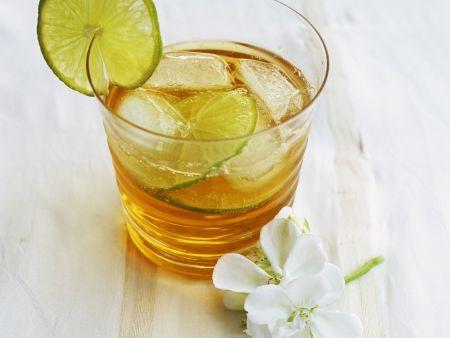 Kalter grüner Tee mit Ingwer