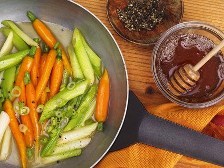 Karotten mit Honig und Frühlingszwiebeln