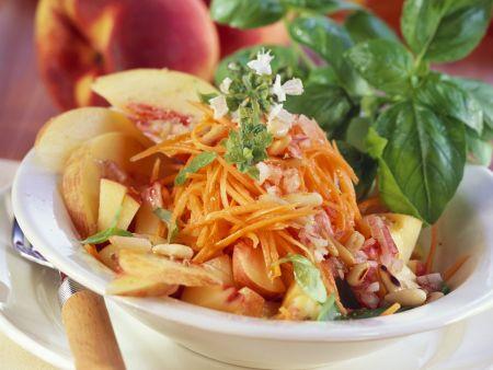 Rezept: Karotten-Pfirsich-Salat mit Pinienkernen