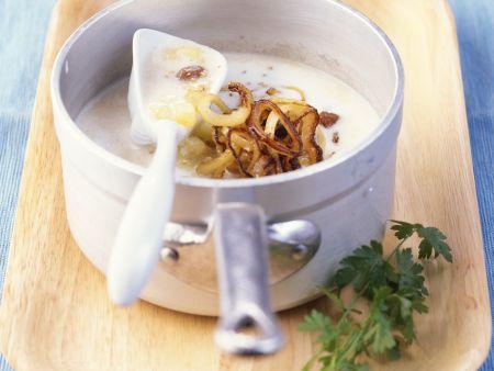 Kartoffel-Buttermilch-Suppe mit Zwiebeln und Rosinen
