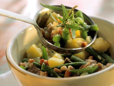 Kartoffel-Lamm-Eintopf mit grünen Bohnen und Speck