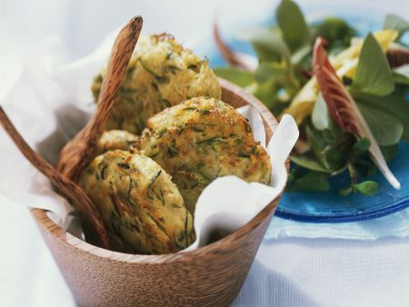 Rezept: Kartoffel-Zucchini-Küchlein mit Salat