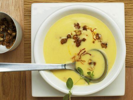 Kartoffelcremesuppe mit Safran, Speck und Karamell-Nüssen